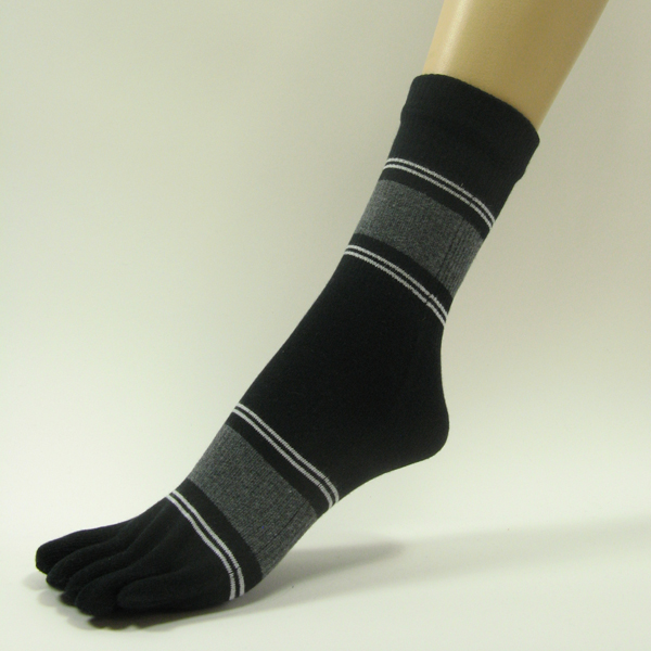 Black quarter stripe toe socks with white gray green